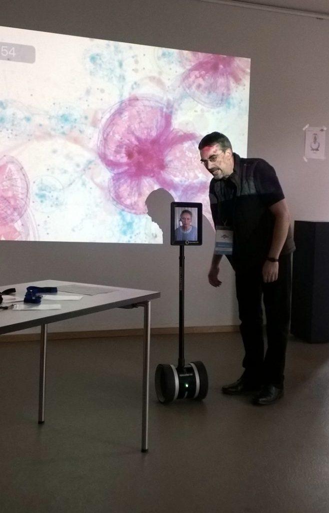 Seminarraum mit einem Telepräsenzroboter.